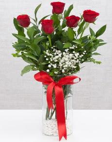 cam vazo içerisinde 5 adet kırmızı gül  Tunceli çiçekçi mağazası
