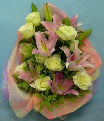 11 adet gül ve 2 adet kazablanka buketi  Tunceli çiçek gönderme