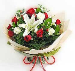 güller ve kazablanklardan görsel bir buket  Tunceli çiçek gönderme