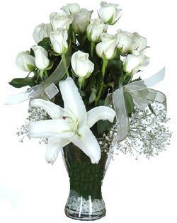 cam içerisinde 11 beyaz gül ve 1 kazablanka  Tunceli çiçek yolla