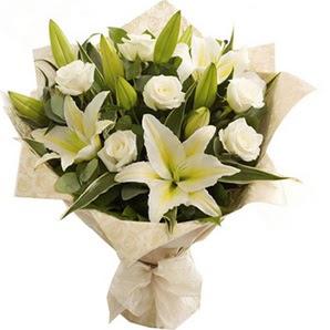 Tunceli çiçekçiler  3 dal kazablanka ve 7 adet beyaz gül buketi