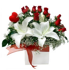 Tunceli çiçek gönderme sitemiz güvenlidir  1 dal kazablanka 11 adet kırmızı gül vazosu