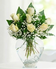Cam içerisinde 7 adet beyaz gül  Tunceli çiçekçi mağazası