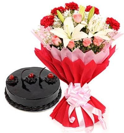 Karışık mevsim buketi ve 4 kişilik yaş pasta  Tunceli çiçek gönderme sitemiz güvenlidir